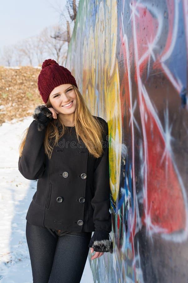 Den lyckliga tonårs- flickan övervintrar utomhus ståenden arkivbilder