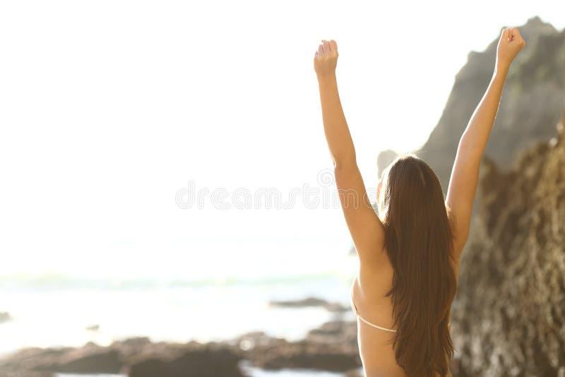 Den lyckliga turisten firar semester på stranden arkivfoton