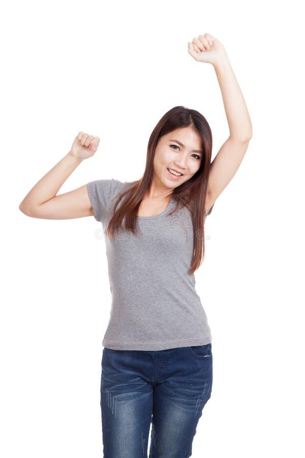 Den lyckliga unga asiatiska kvinnan satte upp hennes hand royaltyfri fotografi