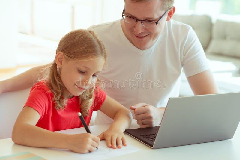Den lyckliga unga fadern har gyckel med hans nätta dotter under arbete royaltyfria foton