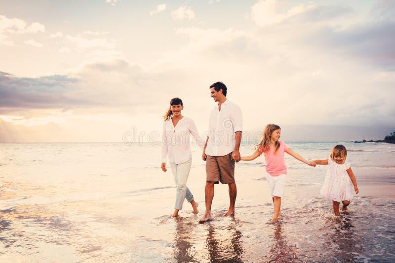 Den lyckliga unga familjen har roligt gå royaltyfria bilder
