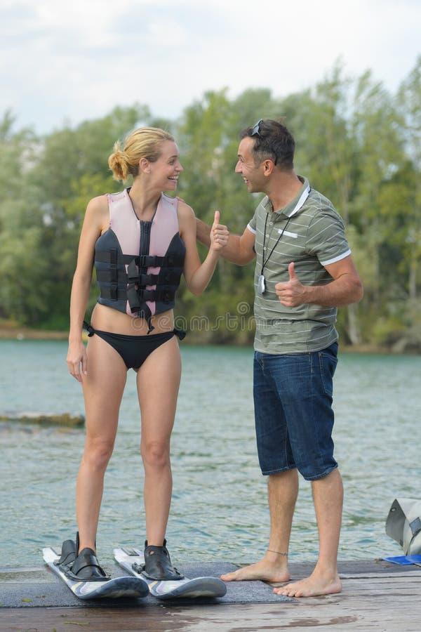 Den lyckliga unga flickan på vatten skidar royaltyfria foton