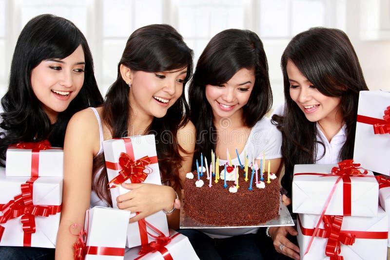 Den lyckliga vännen för den unga kvinnan firar födelsedag royaltyfri bild