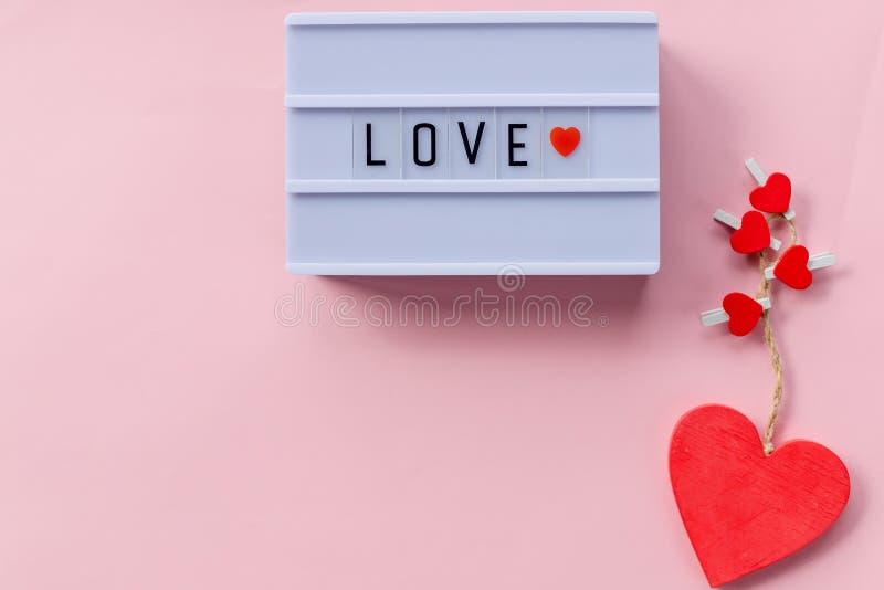 Den lyckliga valentindagen älskar jag dig begreppet som märker på den ljusa asken, rosa bakgrund Hjärtaform som rensar vykortet,  royaltyfri foto