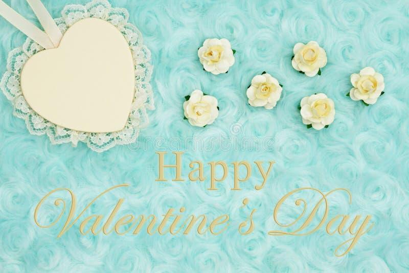 Den lyckliga valentins daghälsningen med en hjärta med snör åt på blek kricka steg flott tyg royaltyfri bild