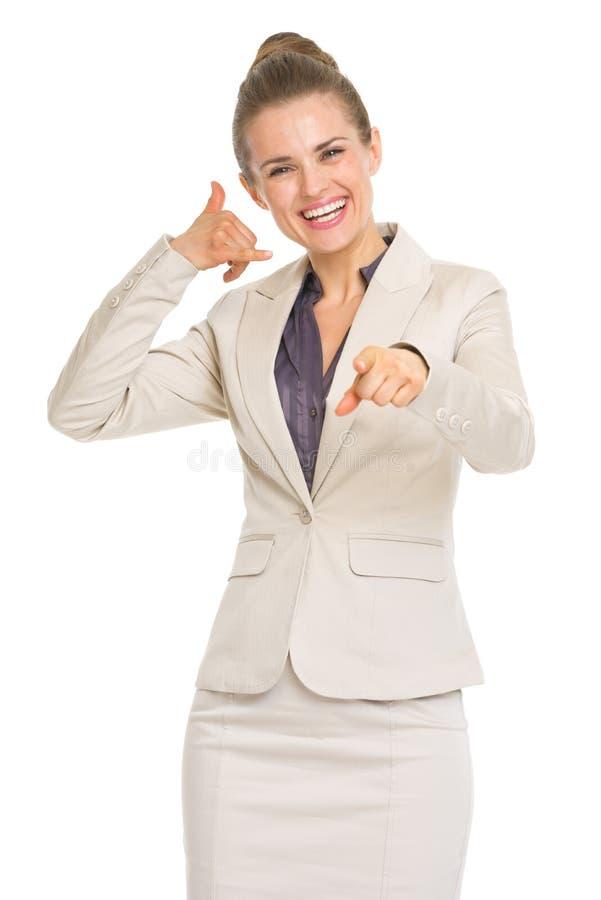 Den lyckliga visningen för affärskvinna kontaktar mig gesten arkivfoto