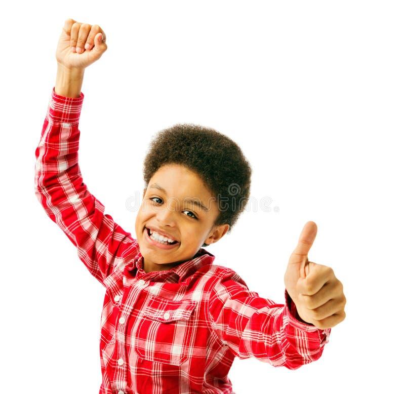 Den lyckliga visningen för skolapojke tummar upp royaltyfri foto
