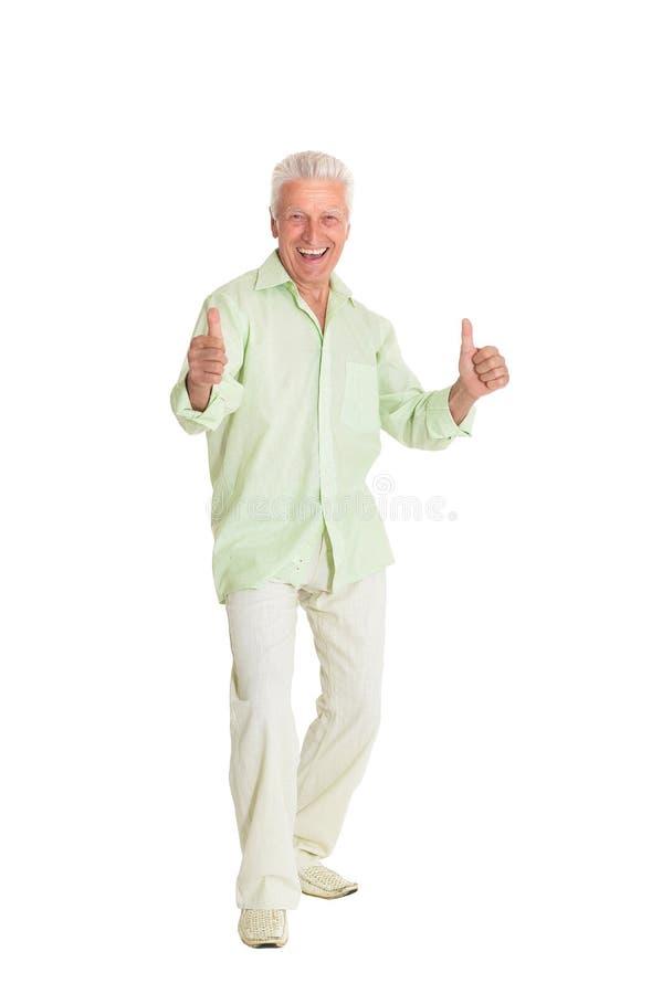 Den lyckliga visningen f?r h?g man tummar upp p? vit bakgrund arkivfoto