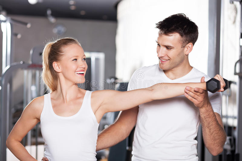 den lyftande personliga instruktören weights kvinnan royaltyfri bild