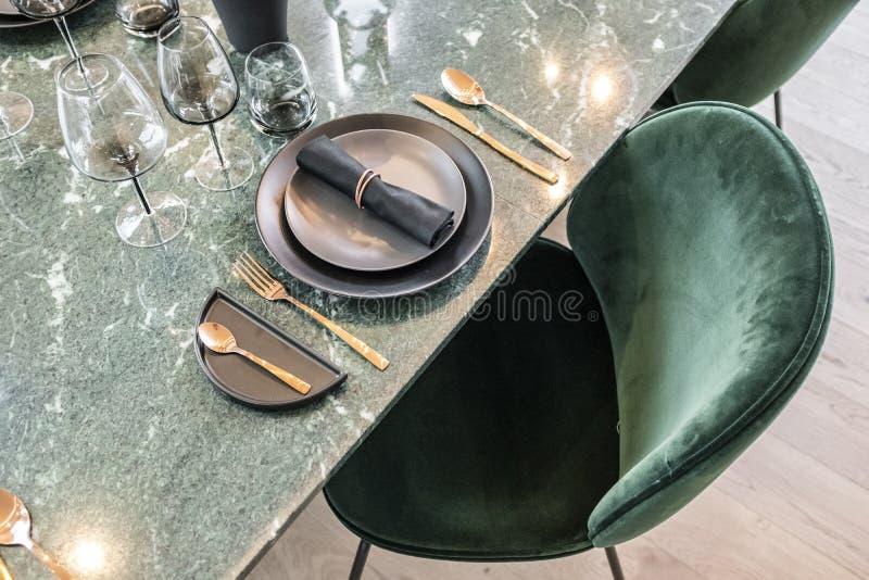 Den lyxiga äta middag tabellen ställde in i gräsplan royaltyfri foto