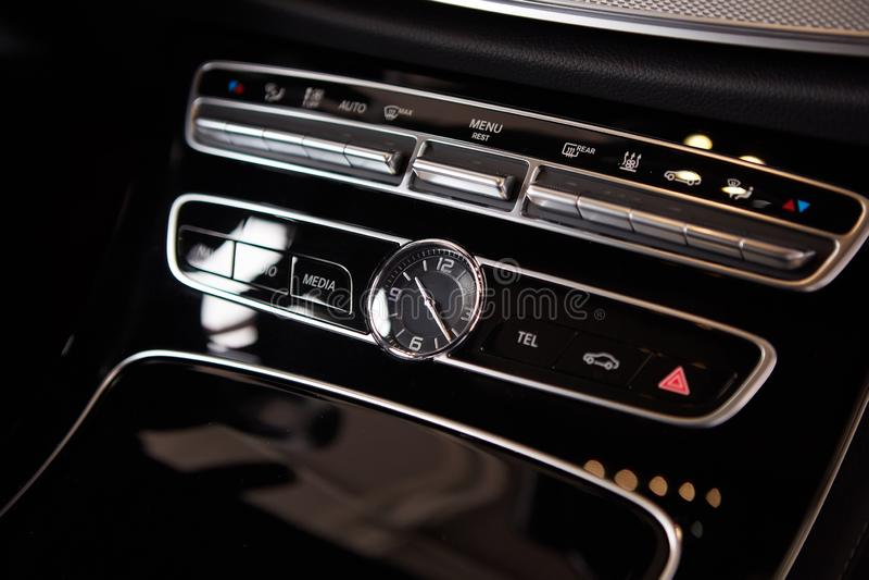 Den lyxiga bilinre specificerar Mellersta konsol med luft- och multimediastyrning fotografering för bildbyråer