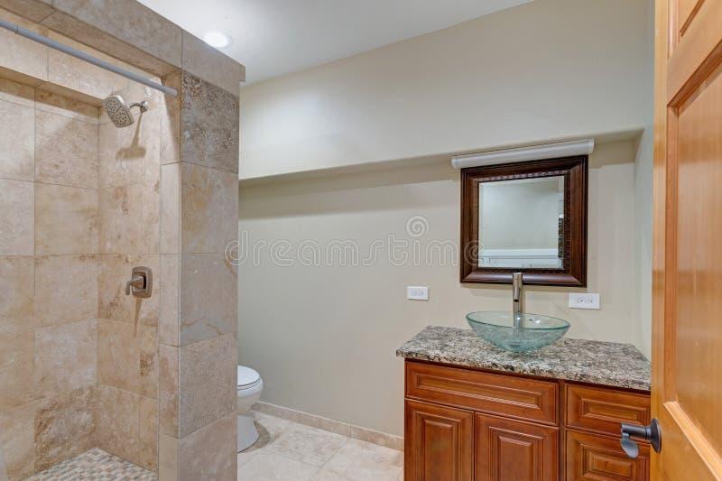 Den lyxiga herrgårdinre presenterar det nya badrummet arkivbild