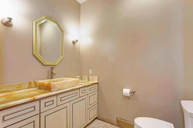Den lyxiga herrgårdinre presenterar det nya badrummet arkivfoton