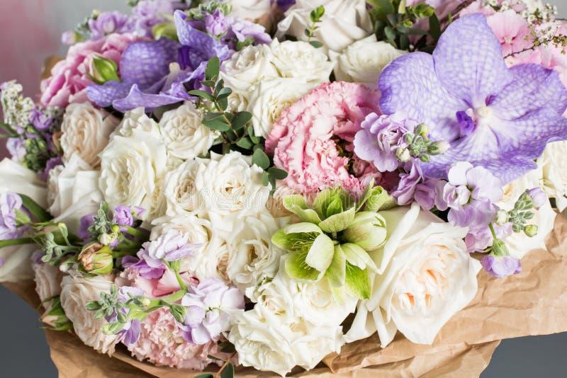 Den lyxiga och eleganta buketten av rosor och andra färger blommar på trägrå bakgrund, kopieringsutrymme arkivbild