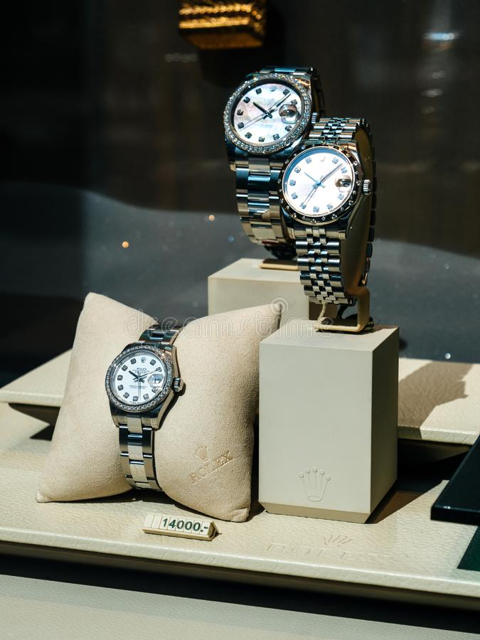 Den lyxiga schweiziska klockan Rolex ställer ut in den officiella återförsäljaren för fönstret arkivfoton