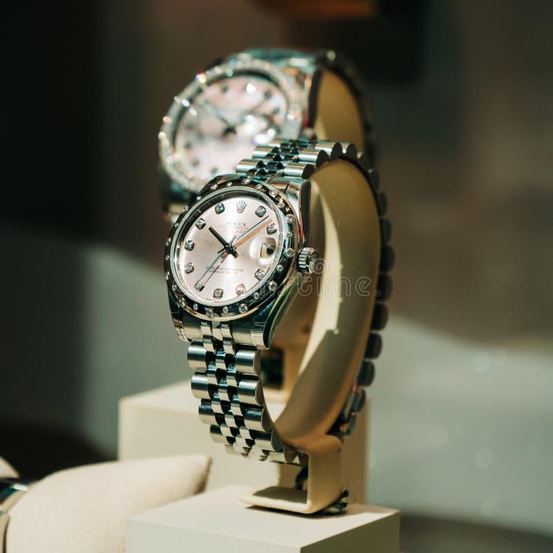 Den lyxiga schweiziska klockan Rolex ställer ut in den officiella återförsäljaren för fönstret arkivbilder