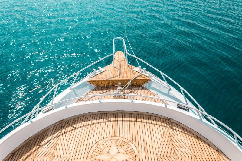 Den lyxiga yachten, den barska inre bekväma designen för vilar fritidturismlopp arkivfoto