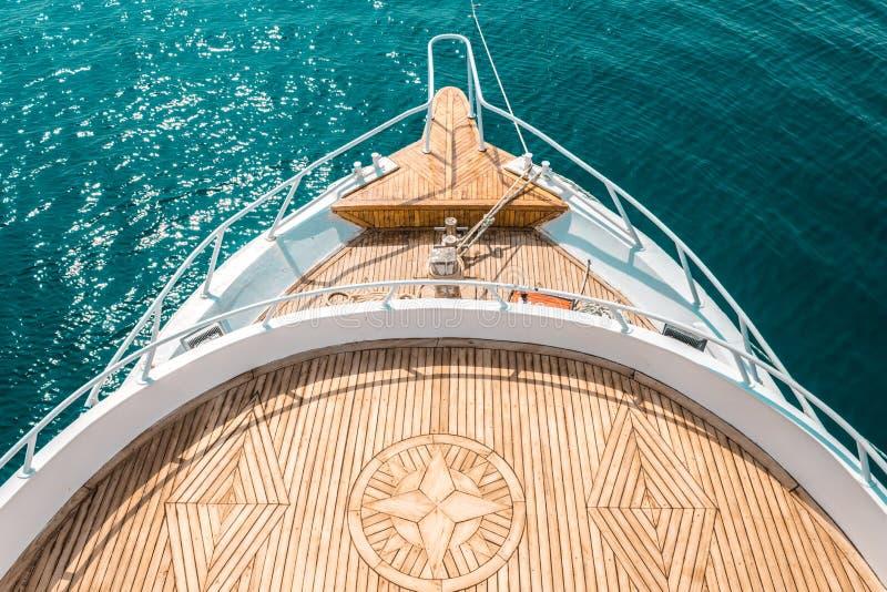 Den lyxiga yachten, den barska inre bekväma designen för vilar fritidturismlopp royaltyfri foto