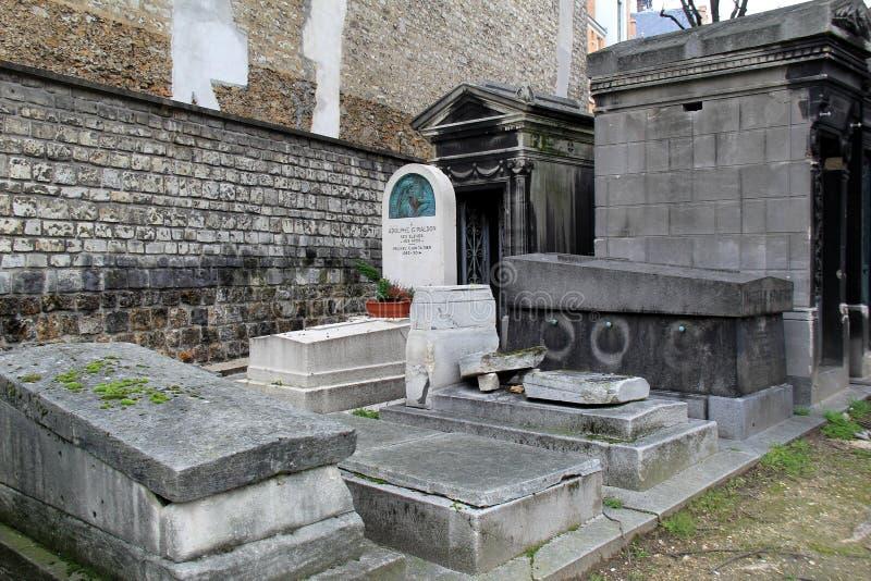 Den mäktiga sikten av flera gravstenar travde skenbart överst av de, Pere LaChaise Cemetery, Paris, 2016 royaltyfri bild