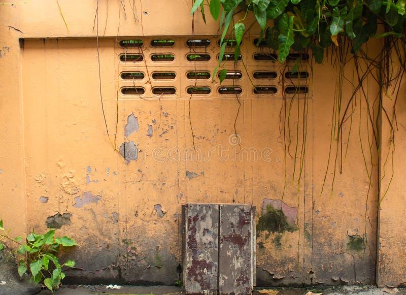 Den målade tegelstenväggen, tillfogar färgrikt, men några är skadade fotografering för bildbyråer