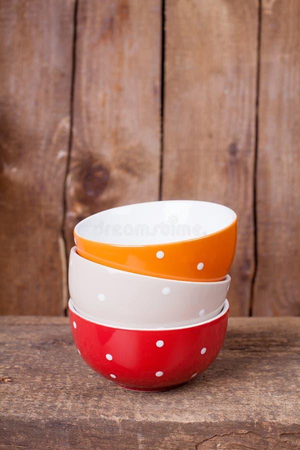 Den mång- kulöra tomma stora polkaen pricker bunkar: rött, beige och apelsin arkivbild