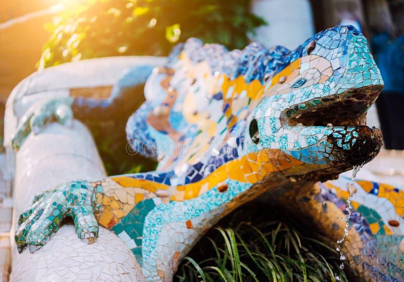 Den mångfärgade mosaiska salamander El Drac, parkerar Guell, Barcelona, Catalonia, Spanien, Europa fotografering för bildbyråer
