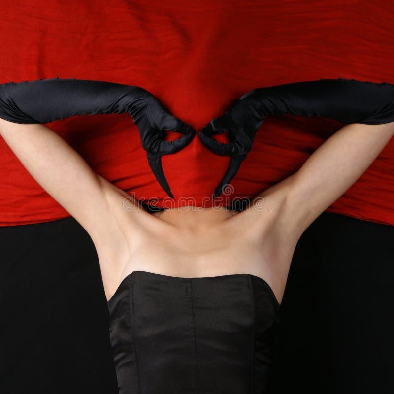den mörka klänningen vänder henne mot nederlagkvinnabarn royaltyfria foton