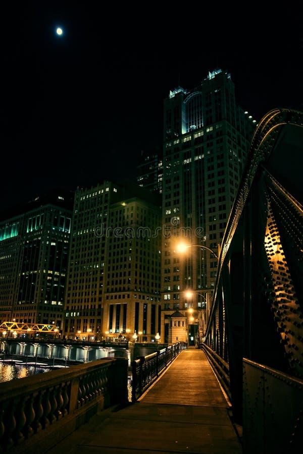 Den mörka stadsstålbron och floden promenerar på natten i Chicago arkivfoton