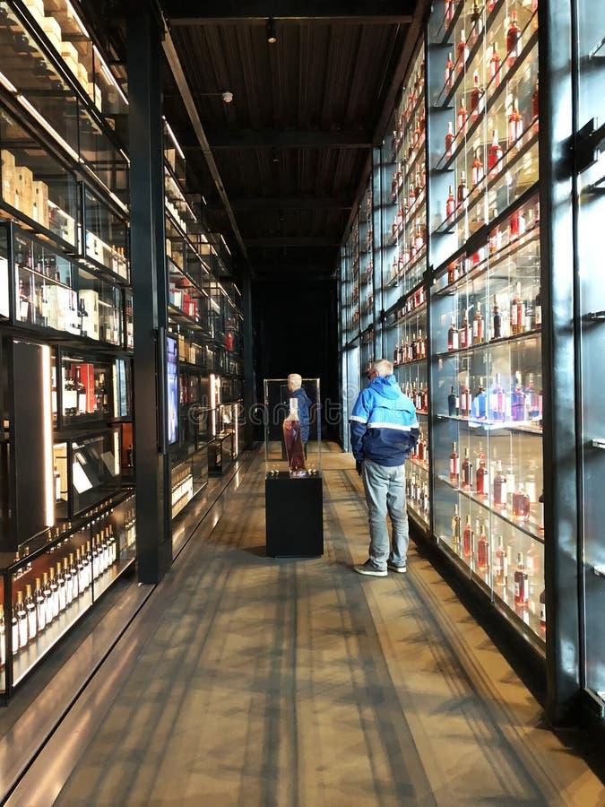 Den Macallan besökaremitten shoppar arkivfoton