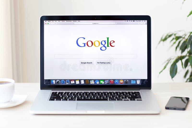 Den MacBook Pro näthinnan med den Google hemsidan på skärmen står på arkivfoto
