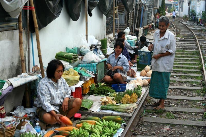 Den Mae Klong järnvägen marknadsför arkivbilder