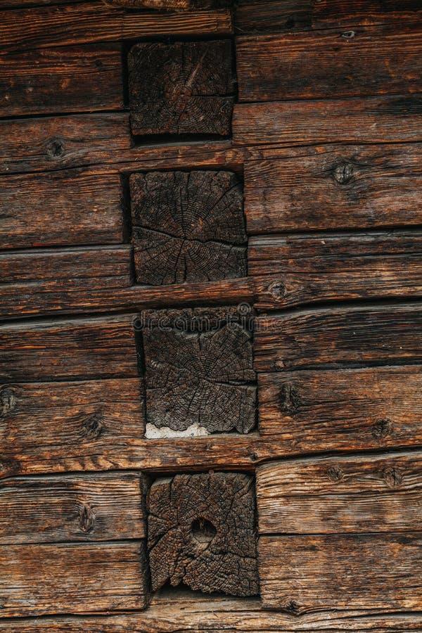 Den magnifika bakgrunden till en texturerad gammal vägg tillverkad av bruna träbalkar Mörk gammal, rustik bakgrund av trä fotografering för bildbyråer