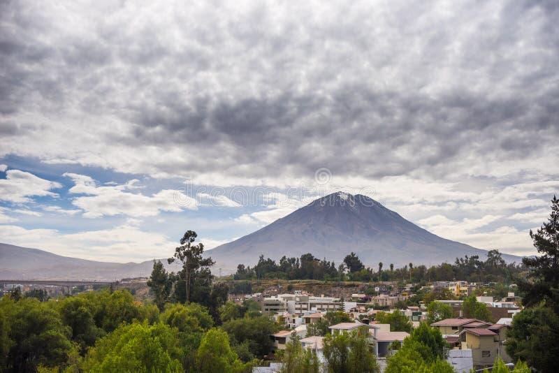 Den majestätiska kotten av El Misti Volcano i Arequipa, Peru royaltyfri bild