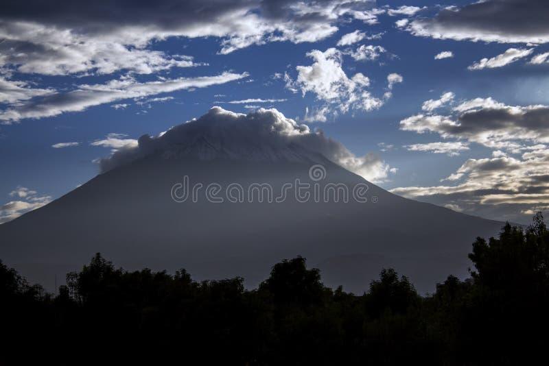 Den majestätiska kotten av El Misti Volcano i Arequipa, Peru royaltyfria bilder