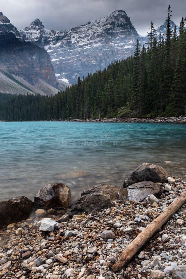 Den majestätiska och härliga morän sjön på den Banff nationalparken, Kanada royaltyfri foto