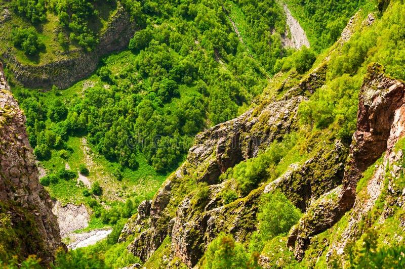 Den majestätiska och härliga sikten av Caucasian berg i sommartid georgia gudauri royaltyfri foto