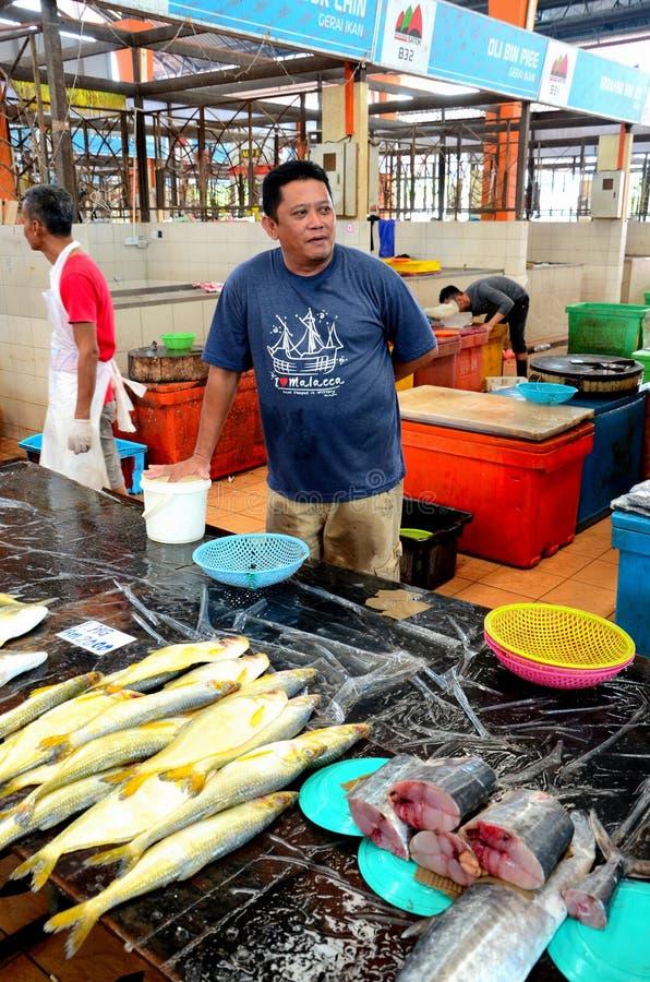 Den malajiska mannen säljer den nya fisken på Satok, helg sommarknaden shoppar Kuching Sarawak Malaysia royaltyfria foton