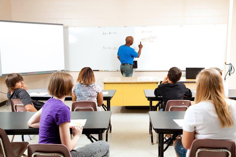 Den Male lärare med Algebra klassificerar royaltyfria bilder