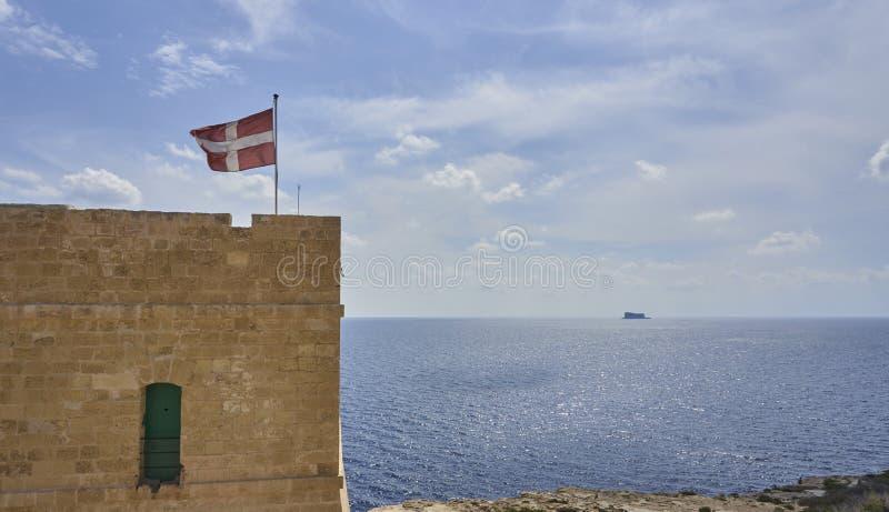 Den maltesiska flaggan under himlen royaltyfria foton