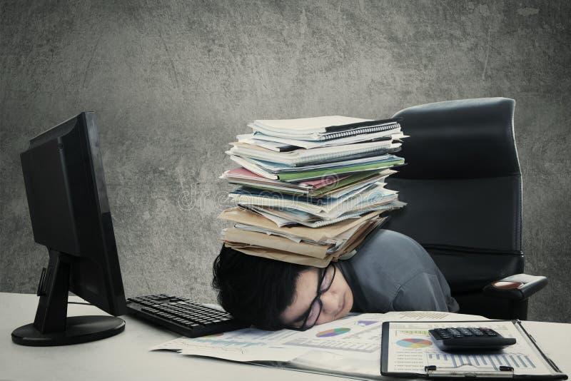 Den manliga arbetaren ta sig en tupplur med dokumentet royaltyfri foto