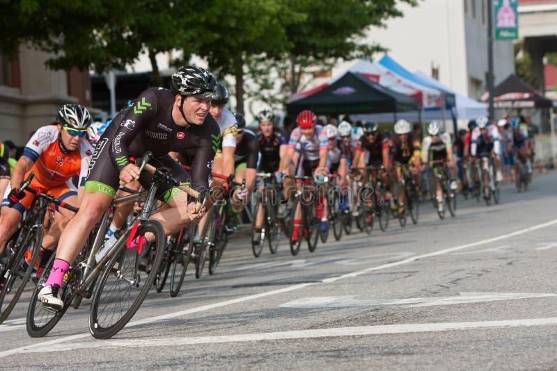 Den manliga cyklistblytaket packar in i vänd i amatörmässigt cykellopp royaltyfri fotografi