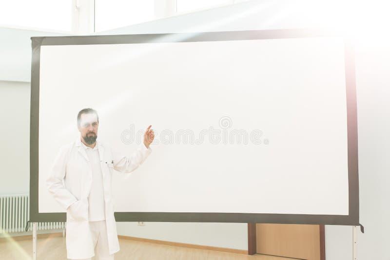 Den manliga doktorn gör en föreläsning fotografering för bildbyråer
