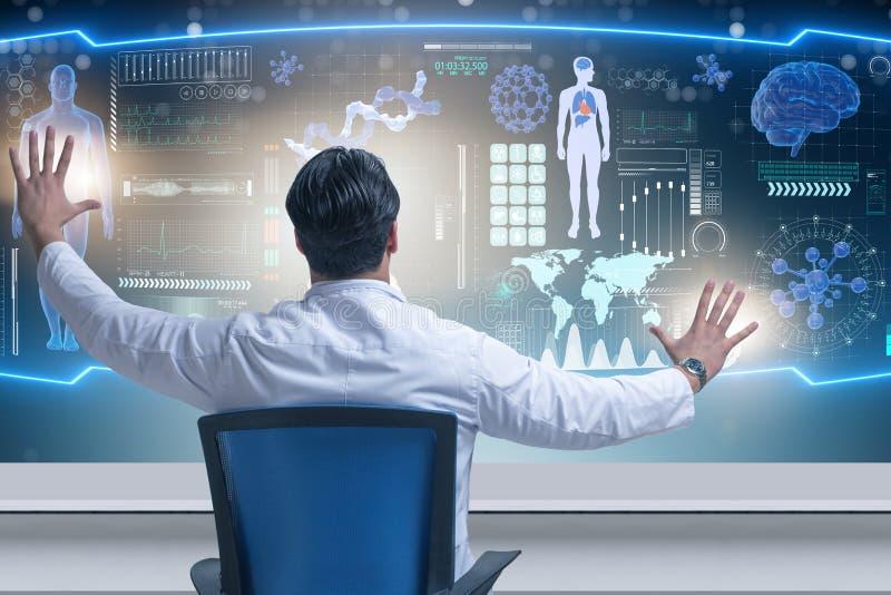 Den manliga doktorn i futuristiskt medicinskt begrepp royaltyfri foto