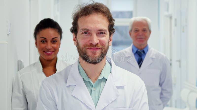 Den manliga doktorn visar upp hans tumme royaltyfri foto