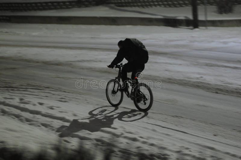 Den manliga den 15:e cyklar i nedgång för tung snö i afton i Lewiston arkivfoton