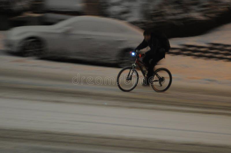 Den manliga den 15:e cyklar i nedgång för tung snö i afton i Lewiston royaltyfria foton