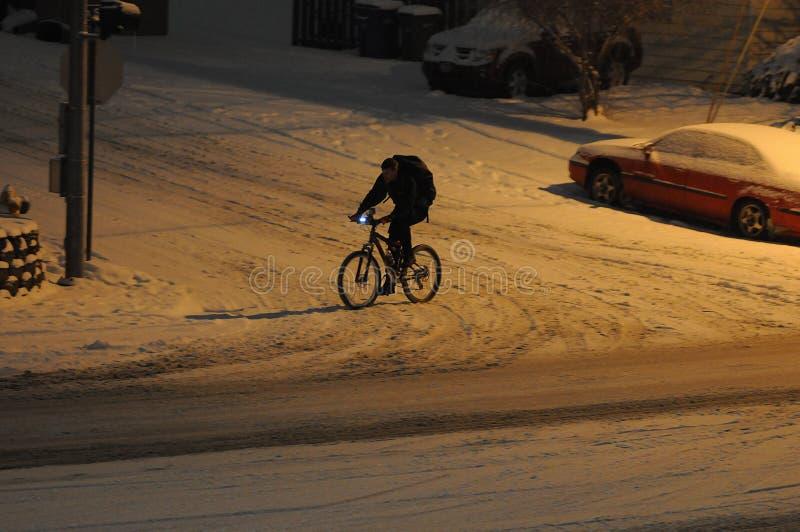 Den manliga den 15:e cyklar i nedgång för tung snö i afton i Lewiston royaltyfria bilder