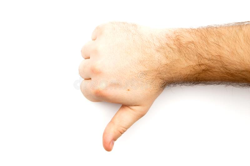 Den manliga håriga handen som visar motvilja, i motsats till, missar, ogillar tecknet, tummen ner handen med vit bakgrund och kop arkivfoton