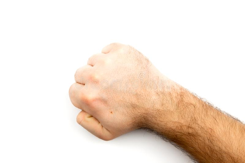 Den manliga håriga handen visar näven, som symboliserar fara, brottet, slag, kamp som isoleras på vit bakgrund fotografering för bildbyråer