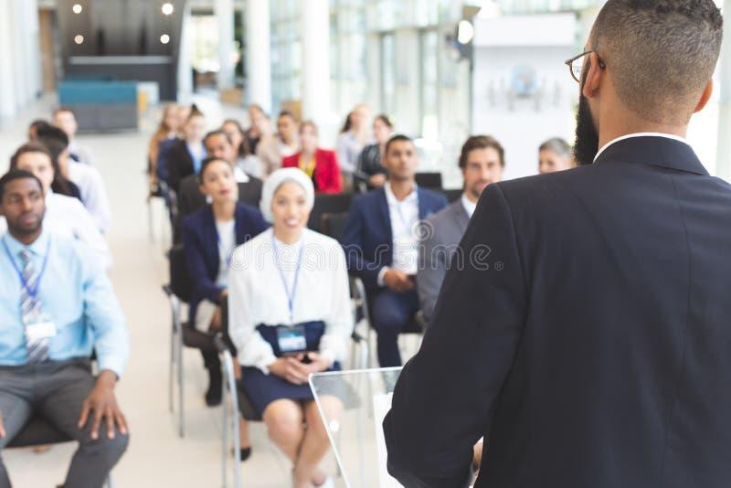 Den manliga högtalaren talar i ett affärsseminarium royaltyfria foton